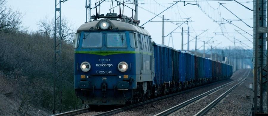 """Specjalna komisja zbada, dlaczego maszynista pociągu towarowego minął semafor pokazujący sygnał stopu, przejechał ok. 900 metrów i zatrzymał się w odległości ok. 200 metrów przed stojącym na stacji Pszczyna (Śląskie) pociągiem osobowym. """"Początkowo, w związku z tym zdarzeniem, ruch kolejowy przez Pszczynę był wstrzymany. Około godz. 21 wznowiono go i pociągi znów mogą tamtędy przejeżdżać"""" - powiedział Karol Jakubowski z zespołu prasowego PKP Polskich Linii Kolejowych."""