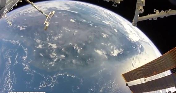 """Andy Bresnik, astronauta z Międzynarodowej Stacji Kosmicznej, podczas rutynowego spaceru kosmicznego zatrzymał się i - urzeczony pięknem widzianej z kosmosu Ziemi - postanowił uwiecznić zachwycający widok. """"Czasem musisz po prostu się zatrzymać i nacieszyć pięknem naszej planety"""" – napisał w tweecie, do którego załączył nagrany materiał. Wpis Bresnika zyskał dużą popularność, polubiło go ponad 14 tys. użytkowników serwisu."""