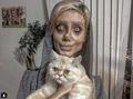 Chciała wyglądać jak Angelina Jolie. Przeszła 50 operacji