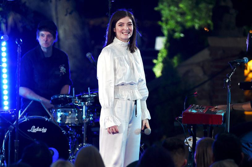 Harry Styles pokonał Lorde w walce o nagrodę dla najlepszego międzynarodowego artysty na gali Australia's ARIA Awards. W zamian wokalista obdarował Lorde dwoma całusami.