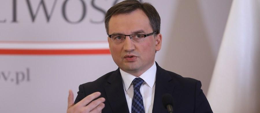 Minister sprawiedliwości Zbigniew Ziobro ocenił, że wszczęcie śledztwa to prawidłowa reakcja na demonstrację nacjonalistów, którzy nieśli wizerunki polityków Platformy Obywatelskiej na szubienicach. Zarzucił PO bezczynność wobec podobnych zachowań dotyczących polityków PiS.