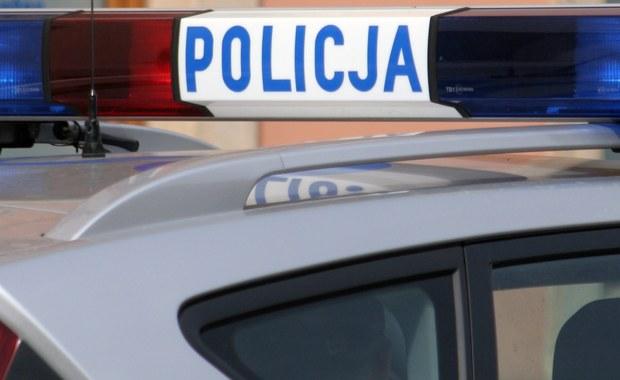 Policja szuka zamaskowanego mężczyzny, który napadł na bank w Starachowicach (woj. świętokrzyskie). Na razie nie wiadomo, jaką sumę pieniędzy zabrał.