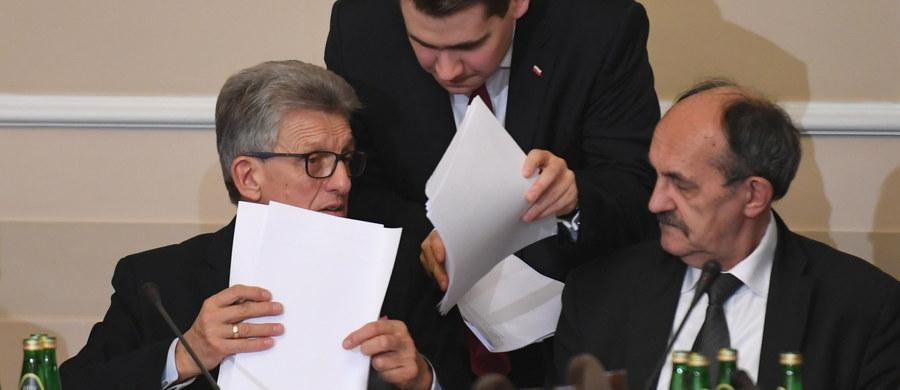 """""""To dopiero drugie czytanie prezydenckich projektów ustaw o KRS i SN. Spokojnie można jeszcze wprowadzić do nich poprawki, zmiany i korekty na dalszym etapie prac parlamentarnych - w Sejmie, a także później w Senacie"""" - powiedział marszałek Senatu Stanisław Karczewski. Wyraził jednocześnie nadzieję, że projekty reformujące sądownictwo niebawem zostaną uchwalone, podpisane przez prezydenta Andrzeja Dudę i """"będą już obowiązywały""""."""