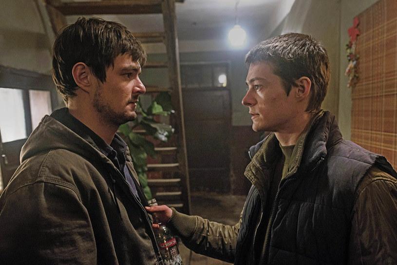 """W filmie """"Cicha noc"""" Dawid Ogrodnik i Tomasz Ziętek grają braci. Charakteryzatorzy nie musieli ich do siebie upodobniać. Ziętek zdradza, że często mylony jest z bardziej znanym kolegą."""