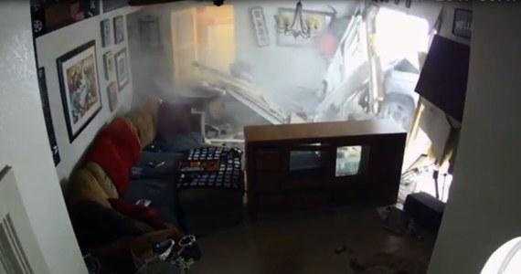 Groźny wypadek w Kalifornii. 22-letni kierowca prawdopodobnie zasnął za kierownicą i wjechał w dom. Siła uderzenia była tak duża, że doszczętnie zniszczona została jedna ze ścian budynku. W momencie wypadku w domu przebywał jeden z mieszkańców oraz trzy psy. Nikomu nic się nie stało.