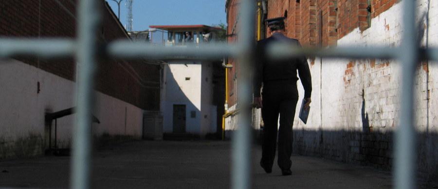 Pięciu mężczyzn odpowie wkrótce przed sądem w związku ze śmiercią 28-letniego Jacka, skatowanego w czerwcu w Jastrzębiu-Zdroju. Działanie czterech oskarżonych prokuratura zakwalifikowała jako pobicie ze skutkiem śmiertelnym, piątego oskarżyła o zabójstwo. Informację o skierowaniu do sądu aktu oskarżenia w tej sprawie przekazał w czwartek szef Prokuratury Rejonowej w Jastrzębiu-Zdroju Jacek Rzeszowski. Sprawę rozpozna rybnicki wydział Sądu Okręgowego w Gliwicach.