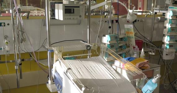 Udało się przesłuchać 34-latkę, która w stanie upojenia alkoholowego przed dwoma tygodniami urodziła dziecko w szpitalu w Głownie w Łódzkiem. Kobieta podejrzana jest o bezpośrednie niebezpieczeństwo narażenia życia i zdrowia noworodka. Matka przyznała się do zarzutu i potwierdziła, że na 5 dni przed terminem wizyty u lekarza, piła alkohol.