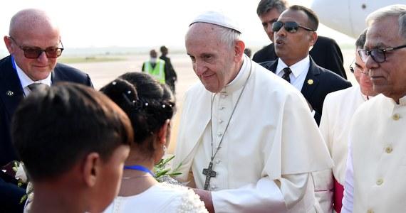 """Papież Franciszek, który rozpoczął w czwartek wizytę w Bangladeszu, podziękował władzom kraju za udzielenie pomocy """"uchodźcom ze stanu Rakhine"""" w Birmie. Tak odniósł się do ucieczki przedstawicieli prześladowanej muzułmańskiej mniejszości etnicznej Rohingja. W wystąpieniu w stolicy Bangladeszu, Dhace, papież nie użył nazwy tej grupy etnicznej. Apelowali o to wcześniej przedstawiciele Kościoła w obu krajach, argumentując, że należy uniknąć zaognienia sytuacji i nie wywoływać gwałtownych reakcji przedstawicieli buddyjskich ugrupowań nacjonalistycznych."""