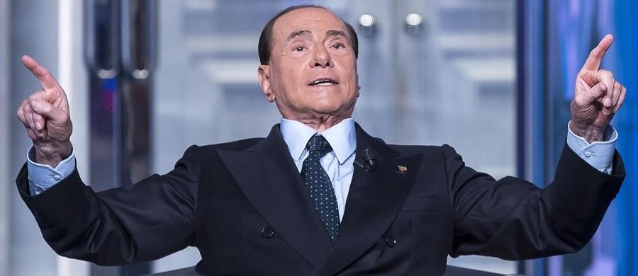 """Były premier Włoch, lider Forza Italia Silvio Berluscon,i ponownie stanie przed sądem. Sędzia ze Sieny przychyliła się do wniosku prokuratury o wytoczenie mu procesu za korupcję sądową. To kolejny wątek skandalu obyczajowego znanego pod nazwą """"bunga bunga"""". Ansa podała w czwartek, że Berlusconi oskarżony jest o przekupienie pianisty, który uczestniczył w rozwiązłych imprezach w rezydencji byłego premiera w Arcore koło Mediolanu. W zamian za to muzyk Danilo Mariani, który grał w trakcie tych wieczorów, złożył przed sądem fałszywe zeznania dotyczące przebiegu tych zabaw z udziałem opłacanych młodych kobiet. Zeznania te Mariani składał w związku z dochodzeniem prowadzonym przed kilkoma laty w sprawie domniemanej prostytucji i czerpania z niej zysków."""