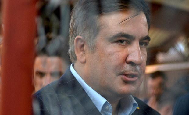 """Pozbawiony ukraińskiego obywatelstwa były prezydent Gruzji Micheil Saakaszwili oświadczył, że służby migracyjne Ukrainy przedłużyły mu na trzy miesiące prawo pobytu w tym kraju. Polityk poinformował o tym w czwartek na Facebooku. """"Dwie miłe pracownice Służby Migracyjnej wydały mi zaświadczenie o przedłużeniu okresu legalnego pobytu na Ukrainie jeszcze na trzy miesiące i uprzejmie poczęstowały mnie przy tym herbatą"""" - napisał."""