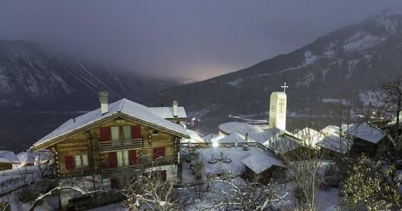 """Rada wyludnionego Albinen w szwajcarskich Alpach była tak zdesperowana, że przeprowadziła plebiscyt, czy wypłacić premię tym, którzy zdecydują się osiedlić w miasteczku. W głosowaniu na """"tak"""" opowiedziało się 71 proc. A chodzi o pokaźną kwotę. Czteroosobowa rodzina, która zdecyduje się zamieszkać w Albinen, dostanie w sumie 70 tysięcy franków."""