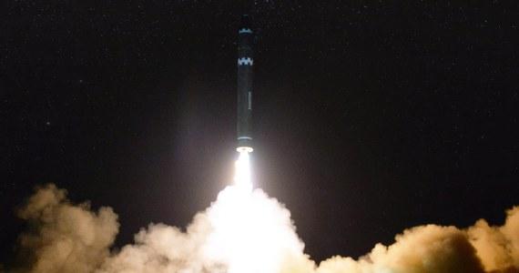 Wystrzelona we wtorek północnokoreańska międzykontynentalna rakieta balistyczna Hwasong-15 ma zasięg ponad 13 tys. km co oznacza, że w jej zasięgu znajduje się prawie całe terytorium USA - oświadczył w piątek rzecznik ministerstwa obrony Korei Płd. Ocenę potwierdzili eksperci USA.
