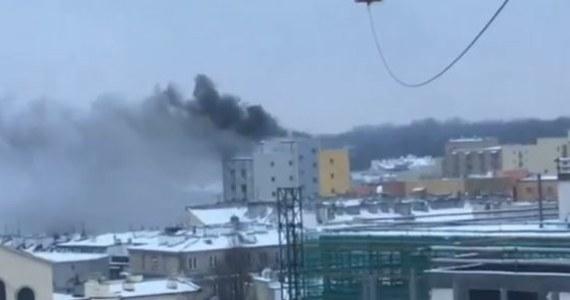 Sześć zastępów straży pożarnej gasi pożar przy ulicy Dobrej w Warszawie. Płonie mieszkanie na 8. piętrze wieżowca. Ranna jest jedna osoba - to 50 letnia kobieta. Pozostali lokatorzy sami wyszli z budynku, zanim jeszcze przyjechała straż.