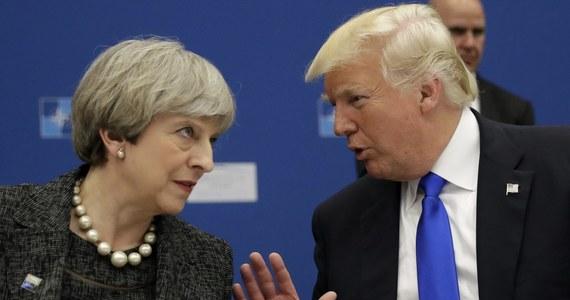 """Dziennik """"The Telegraph"""" poinformował, że amerykańscy dyplomaci wstrzymali przygotowania do wizyty prezydenta Donalda Trumpa w Wielkiej Brytanii. To efekt sporu między Trumpem a brytyjską premier Theresą May o radykalną organizację Britain First. Według gazety, Trump miał przyjechać do Wielkiej Brytanii w styczniu i uroczyście otworzyć nowy budynek amerykańskiej ambasady w Londynie. Wyjazd miał być ograniczoną formą wizyty państwowej, co - jak liczyli dyplomaci - miało pomóc uniknąć masowych protestów."""