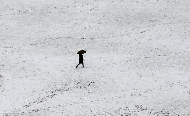 W związku z intensywnymi opadami śniegu w dziewięciu prowincjach Hiszpanii zablokowanych zostało kilkadziesiąt dróg. Najtrudniejsze warunki panują w Nawarze, Kantabrii oraz w Asturii, w północnej części kraju. Jak poinformowały w piątek wieczorem władze hiszpańskiej obrony cywilnej, na drogi wyjechało w północnej części kraju kilkaset pługów śnieżnych, z czego ponad 130 w samej tylko wspólnocie autonomicznej Kraju Basków.