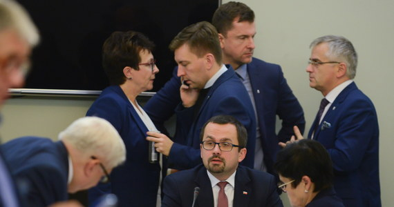 """Wiceszef sejmowej komisji nadzwyczajnej Marcin Horała (PiS) wyraził nadzieję, że sejmowe prace nad projektem zmian m.in. w prawie wyborczym zakończą się jeszcze w tym roku. Nie wykluczył, że zgłoszona zostanie poprawka zakładająca wydłużenie kadencji władz samorządowych do pięciu lub sześciu lat. Sejmowa komisja nadzwyczajna od wtorku pracuje nad projektem PiS mającym na celu """"zwiększenie udziału obywateli w procesie wybierania, funkcjonowania i kontrolowania niektórych organów publicznych""""; zakłada on m.in. zmiany w Kodeksie wyborczym. Kolejne posiedzenie komisji zaplanowano na poniedziałek na godz. 10."""