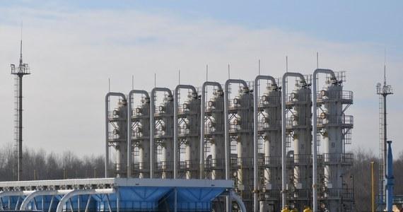 """Członek zarządu Nord Stream 2 Paul Corcoran powiedział agencji dpa, że pomimo nowych prawnych przeszkód ze strony Danii i Komisji Europejskiej, władze spółki przewidują planowe zakończenie budowy gazociągu w końcu 2019 roku. """"Z naszego punktu widzenia wszystko przebiega zgodnie z planem, który zakłada, że budowa zakończy się pod koniec 2019 i wtedy też gazociąg zostanie oddany do użytku"""" - powiedział Corcoran w wywiadzie opublikowanym w sobotę w serwisie dpa. Odpowiedzialny za sprawy finansowe menedżer zaznaczył, że spodziewa się pierwszych pozwoleń (na budowę) jeszcze w tym miesiącu. Zgodę muszą wyrazić urzędy w pięciu krajach, w tym także w Niemczech."""