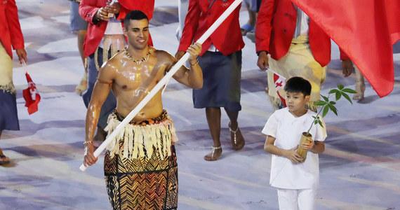 """Taekwondzista Pita Taufatofua, który stał się jednym z najpopularniejszych sportowców letniej olimpiady w 2016 r. jako chorąży Tonga, zbiera pieniądze na narty biegowe i przyjazd do Europy, co da mu szansę kwalifikacji do zimowych igrzysk w Pjongczangu. Przygotowuje się do nich od blisko roku. """"Ponieważ jest to niemożliwe, dlatego podjąłem to wyzwanie"""" - mówił na początku przygotowań."""