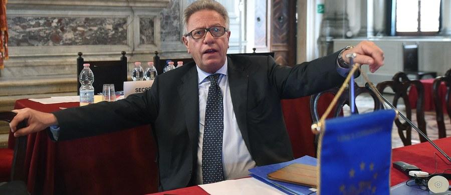 Przewodniczący Komisji Weneckiej Gianni Buquicchio powiedział w rozmowie z PAP, że nie ma nadal potwierdzenia, że przedstawiciel polskiego rządu przybędzie na piątkową sesję plenarną KW, w trakcie której przyjęte zostaną dwie opinie na temat reformy sądownictwa. Buquicchio dodał, że czeka też na odpowiedź polskiego rządu na wysłane projekty opinii. Odrzucił też zarzuty o stronniczość i ingerencję w wewnętrzne sprawy Polski.