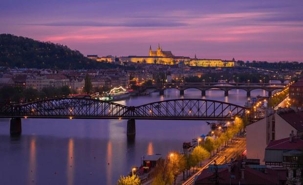 Cztery osoby zostały ranne w wyniku zawalenia się części mostu dla pieszych nad Wełtawą w Pradze - informuje agencja CzTK. Dwie poszkodowane osoby są w stanie ciężkim.