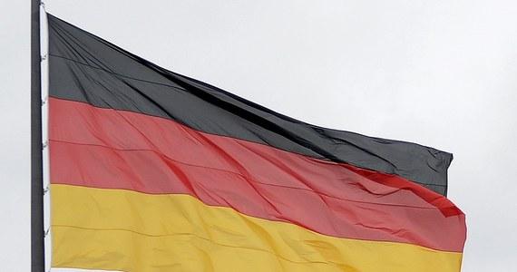 """1500 euro kary musi zapłacić oficer Bundeswehry, który powiedział do kolegów z jednostki, że jeśli mają jakieś zastrzeżenia do przebiegu służby, to muszą je zgłosić bezpośrednio minister obrony albo """"zrobić pucz"""" - podał  """"Der Spiegel"""". Do rozmowy doszło w połowie maja w koszarach w Wildflecken w Bawarii."""