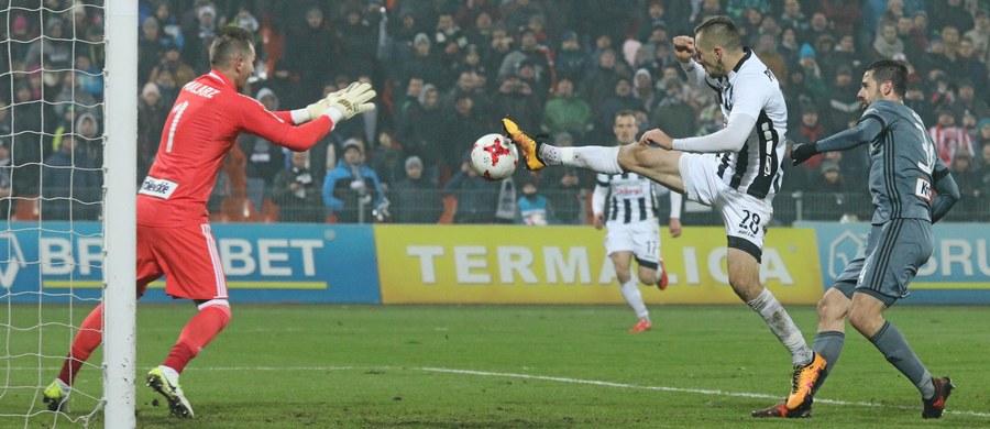 Sandecja Nowy Sącz zremisowała 2:2 z Legią Warszawa w meczu 18. kolejki piłkarskiej ekstraklasy. Goście uratowali punkt w doliczonym czasie gry po golu Jarosława Niezgody.