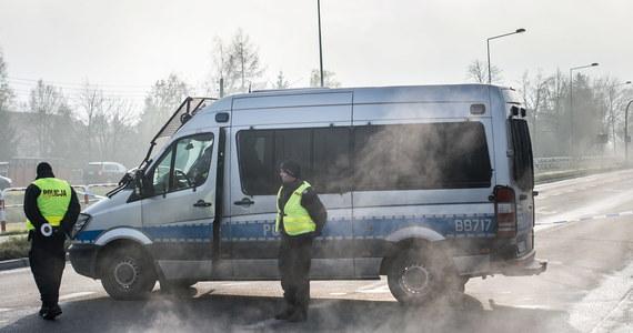 Jeden policjant zginął, a trzech zostało rannych w wyniku wymiany ognia z przestępcami próbującymi włamać się do bankomatu w miejscowości Wisznia Mała pod Wrocławiem. W strzelaninie zginął też napastnik, drugi z bandytów został zatrzymany. Śledztwo, dotyczące śmierci policjanta, przejęła Prokuratura Okręgowa we Wrocławiu. Rzecznik tej jednostki Małgorzata Klaus przekazała, że czynności już trwają. Premier Beata Szydło poinformowała następnie na Twitterze, że podjęła decyzję o przyznaniu rent specjalnych dla żony i dzieci zamordowanego policjanta.