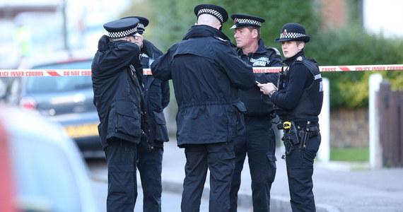 """""""The Observer"""" opisuje kryzysową sytuację obywateli Unii Europejskiej, którzy są przetrzymywani w brytyjskich ośrodkach deportacyjnych. Śledztwo dziennikarskie wskazuje m.in. na możliwe nieprawidłowości wokół samobójczej śmierci Polaka Marcina G. 28-latek we wrześniu popełnił samobójstwo w ośrodku zatrzymań Harmondsworth w pobliżu lotniska Londyn Heathrow. Na podstawie rozmów z innymi zatrzymanymi dziennikarz opisał m.in. prośby Polaka o udzielenie wsparcia psychologicznego. Zostały one jednak zignorowane przez brytyjskie władze."""