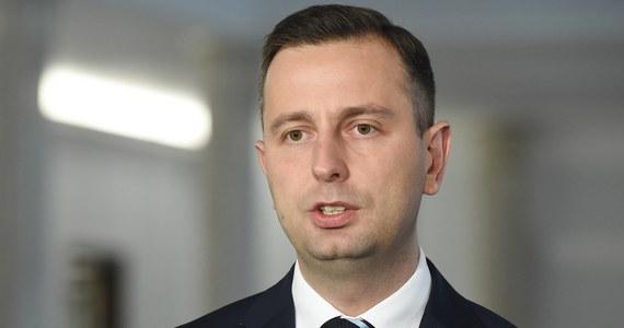 """""""Mam takie wrażenie, że przekonanie o nieomylności panuje wśród tych, którzy rządzą Polską, co doprowadziło do tego, że Polska jest krajem podzielonym. To w efekcie zmierza do zguby, a przecież - naszym zadaniem - jest przywracanie Polsce braterstwa"""" – powiedział lider Polskiego Stronnictwa Ludowego Władysław Kosiniak-Kamysz na konferencji prasowej w Dobrzycy, po uroczystościach z okazji 51. rocznicy śmierci Stanisława Mikołajczyka. """"Tylko naród, który posiada wspólnotę jest w stanie w trudnych momentach stawić czoła przeciwnościom. Jeżeli będziemy narodem podzielonym, to żadne wojska obrony terytorialnej nam nic nie dadzą"""" - dodał."""