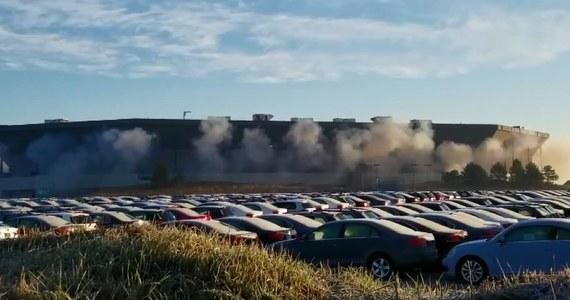 Niszczejący stadion Silverdome w miejscowości Pontiac w amerykańskim stanie Michigan, który w przeszłości gościł drużynę Detroit Lions oraz uczestników mundialu w 1994 roku, miał zostać zdetonowany. Mimo podłożonych ładunków i ich uruchomieniu, obiekt pozostał na swoim miejscu. Prowadzący operację wyburzenia próbują wyjaśnić, dlaczego stadionu nie udało się wyburzyć.