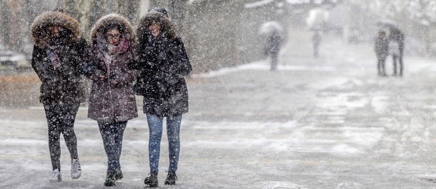 Na moskiewskim międzynarodowym lotnisku Szeremietiewo odwołano 118 odlotów i przylotów, w tym do Warszawy, kolejnych 48 lotów jest opóźnionych. Przyczyną są złe warunki pogodowe - silny wiatr i opady śniegu utrudniające widoczność.