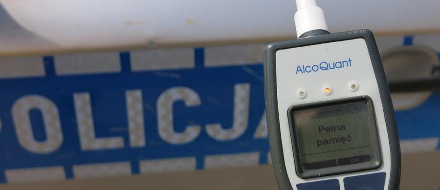 Prawie pół promila alkoholu miała 50-letnia kobieta, która została zatrzymana do kontroli drogowej przez policjantów z Olsztyna. W samochodzie wiozła trójkę dzieci w wieku 6, 9 i 14 lat.