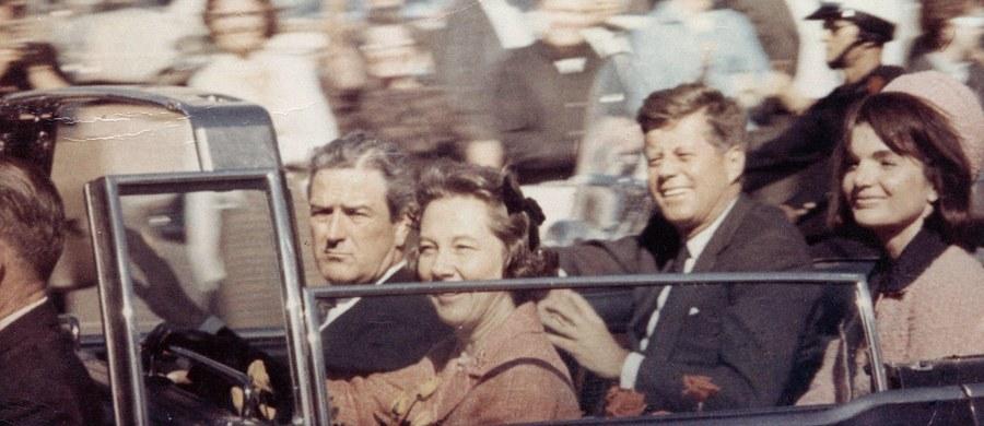 """Brytyjska policja nie ma dowodów na to, by rzekomo przeprowadzono rozmowę telefoniczną z gazetą """"Cambridge News"""" na mniej niż pół godziny przed zastrzeleniem amerykańskiego prezydenta Johna Kennedy'ego. Mowa o niej jest w odtajnionych niedawno dokumentach na temat zamachu sprzed ponad pół wieku."""
