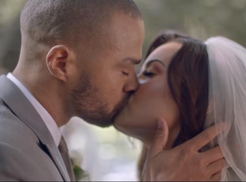 """Już wszystko jasne - zdjęcie Demi Lovato w białej sukni ślubnej pochodziło z jej najnowszego teledysku """"Tell Me You Love Me"""". W klipie nie brak gorących scen."""