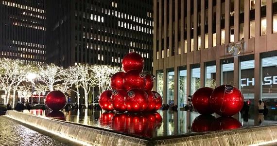 W Nowym Jorku zdecydowanie czuć święta. Manhattan mieni się setkami tysięcy migocących światełek, awitryny sklepów przyciągają wzrok. Dziś ruszamy na  spacer ulicami Manhattanu.