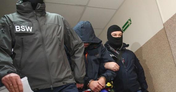 Na trzy miesiące łódzki sąd aresztował 31-letniego policjanta, który po pijanemu strzelał do 45-letniego mężczyzny. Powodem była zazdrość o żonę. Prokuratura postawiła 31-latkowi zarzuty usiłowania zabójstwa i spowodowania obrażeń ciała. Funkcjonariusz został też wydalony ze służby.