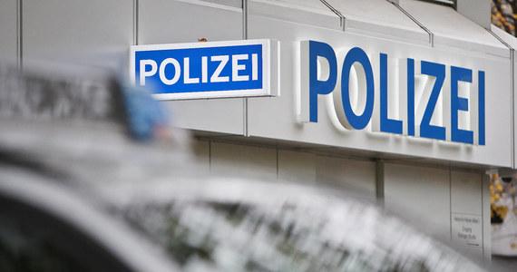"""Niemiecka policja zaprzestała poszukiwań polskich rodziców, którzy wbrew decyzji Jugendamtu zabrali ze szpitala w Krefeld swoje dwudniowe dziecko i uciekli z nim. """"Prokuratura nie uznała tego czynu za karalny"""" - powiedziała rzeczniczka policji w Krefeld. """"Jeżeli jednak sąd potwierdzi pisemnie przekazanie prawa do opieki nad dzieckiem Jugendamtowi, będziemy musieli rozpocząć poszukiwania dziecka, ponieważ to urząd do spraw młodzieży ma w tym przypadku wyłączne prawo do decydowania o jego miejscu pobytu"""" - wyjaśnia rzeczniczka."""