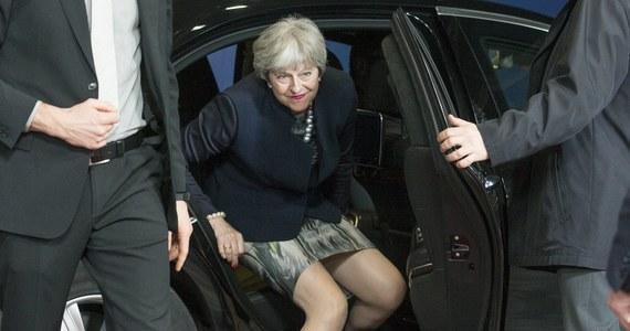 """Szef Rady Europejskiej Donald Tusk napisał na Twitterze, że porozumienie pomiędzy Brukselą i Londynem w negocjacjach dotyczących Brexitu jest możliwe jeszcze przed szczytem UE 14-15 grudnia. Na razie rozmowy w tej sprawie nie przyniosły przełomu. W poniedziałek Tusk spotkał się w Brukseli z premier Wielkiej Brytanii Theresą May. """"Byłem gotowy przedstawić projekt wytycznych autorstwa """"27"""" (...) w sprawie negocjacji dotyczących okresu przejściowego i przyszłości. Jednak Wielka Brytania i Komisja Europejska poprosiły o więcej czasu. Terminy są napięte, ale porozumienie na grudniowym szczycie europejskim jest ciągle możliwe"""" - napisał Tusk."""