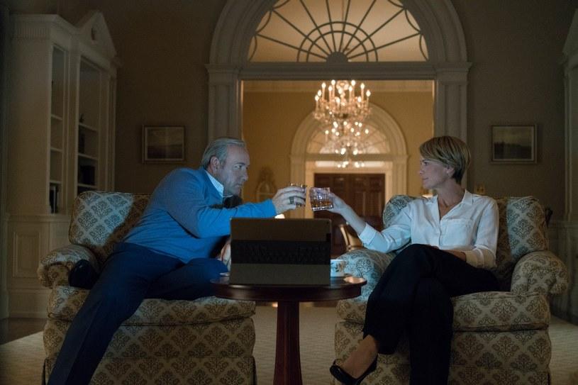 """Platforma streamingowa Netflix poinformowała w poniedziałek, że prace nad ostatnim, szóstym sezonem serialu """"House of Cards"""" ruszą na początku przyszłego roku. Potwierdzono też, że w finalnej serii, który składał się będzie tylko z ośmiu odcinków, nie zagra Kevin Spacey, oskarżony o napastowanie nieletniego."""