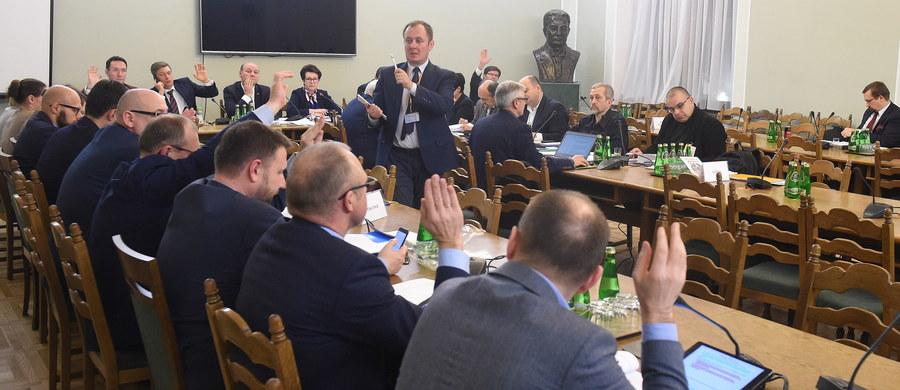 Powoływanie siedmiu członków PKW przez Sejm oraz wydawanie decyzji ws. okręgów wyborczych przez komisarza wojewódzkiego - takie propozycje poparła wczoraj sejmowa komisja nadzwyczajna, rozpatrująca projekt zmian w ordynacji wyborczej autorstwa PiS. Posłowie opowiedzieli się również za zniesieniem JOW-ów w wyborach do rad gmin.