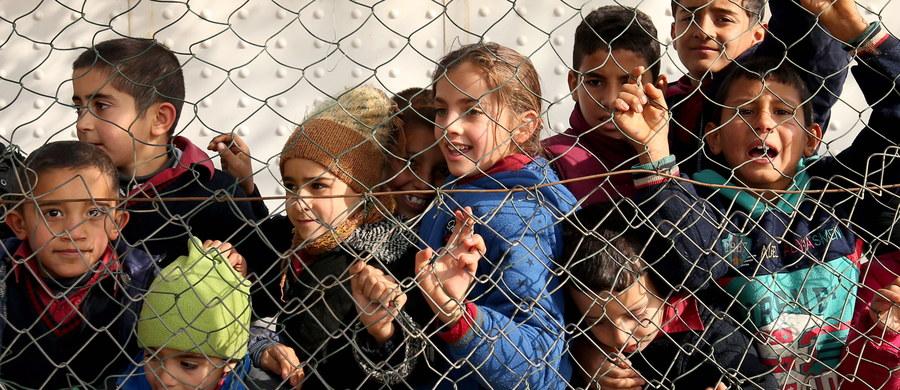 """Uciekłem z Syrii i nazwano mnie uchodźcą. Moim marzeniem było dorosnąć w Syrii, ale moje życie i przyszłość zostały zrujnowane z powodu wojny - napisał w szkolnym wypracowaniu 12-letni Kurd, Habib, który z rodziną uciekł 4 lata temu z Syrii do Libanu. Habib nie pamięta, kto po raz pierwszy nazwał go uchodźcą, pamięta jednak, że pierwszy raz powiedziano tak do niego w Libanie. """"Libańczycy do nas tak mówią na ulicy"""" - wyjaśnia Rosaline, matka chłopca."""