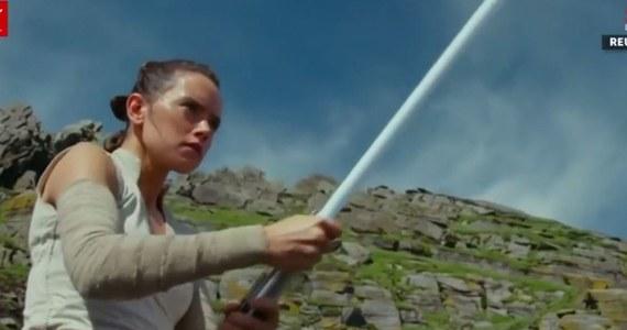 """Amerykańska Akademia Filmowa ogłosiła listę 20 filmów, które mają szanse na Oscara za efekty specjalne. Wśród nich jest film """"Gwiezdne wojny: Ostatni Jedi"""". A w sieci pojawił się krótki reportaż z treningów kaskaderskich aktorów. Gwiazdy nowego filmu opowiadają o ciężkiej na planie zdjęciowym. Zwróćcie uwagę na """"taniec z kijami"""", które imitują miecze świetlne."""