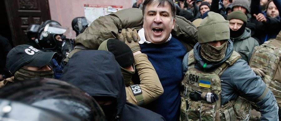 """Umundurowani i uzbrojeni ludzie wyważyli we wtorek drzwi i wkroczyli do mieszkania byłego prezydenta Gruzji Micheila Saakaszwilego w Kijowie. Służba Bezpieczeństwa Ukrainy (SBU) przyznała, że byli to jej funkcjonariusze, którzy działali na polecenie prokuratury. Saakaszwili uciekł na dach budynku, skąd przemawiając oskarżył Petra Poroszenkę, że """"działając na zlecenie"""" Władimira Putina, chce wydać go gruzińskim władzom. Polityk został siłą ściągnięty z dachu i zatrzymany. Później jednak z rąk policji uwolnili go jego zwolennicy, z którymi udał się w stronę parlamentu. Tymczasem prokurator generalny Ukrainy stawia ultimatum: Saakaszwili ma 24 godziny na oddanie się w ręce wymiaru sprawiedliwości."""