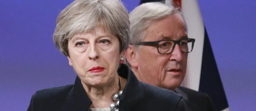 Polityka to ciąg zdarzeń przyczynowo-skutkowych. Czasami ruchy, które dziś wydają się słuszne, mszczą się po czasie ze zdwojoną siłą. Tę lekcję przechodzi brytyjska premier Theresa May, której nie udało się zawrzeć porozumienia w sprawie Brexitu. Wczoraj już witała się z unijną gąską i to w Brukseli, w jej kurniku. Ale sojusz, jaki po ostatnich wyborach zawarła z północnoirlandzką partią Demokratycznych Unionistów, pokrzyżował jej plany. Miał być kompromis w sprawie unijnej granicy w Irlandii. Skończyło się na wielkim oblizywaniu talerza.