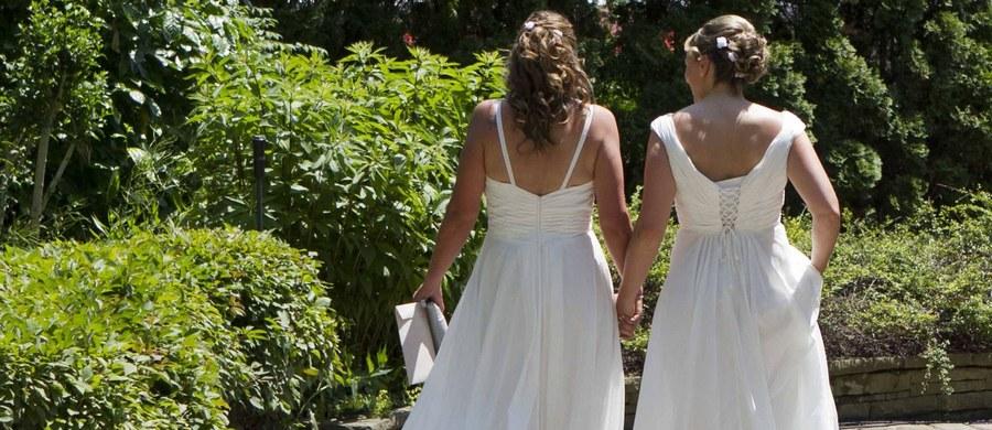 Austriacki Trybunał Konstytucyjny zdecydował we wtorek, że przepisy zabraniające małżeństw jednopłciowych są dyskryminacyjne i postanowił, że najpóźniej od początku 2019 roku wolno będzie zawierać takie małżeństwa w Austrii.