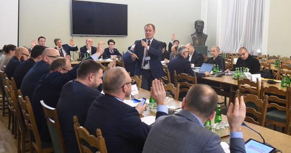Komisja nadzwyczajna, która pracuje nad projektem PiS zmian w Kodeksie wyborczym opowiedziała się we wtorek za zmianą sposobu wyboru PKW oraz za wygaszeniem kadencji obecnej PKW po wyborach parlamentarnych 2019 r. Na następne posiedzenie w czwartek, przełożono sprawę dwukadencyjności wójtów.