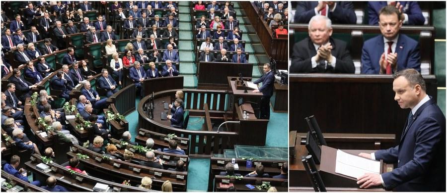 """Prezydent Andrzej Duda wygłosił orędzie przed Zgromadzeniem Narodowym, czyli połączonymi izbami parlamentu. 5 grudnia to 150. rocznica urodzin marszałka Józefa Piłsudskiego. """"Inaugurujemy dzisiaj obchody wielkiego święta wolności; chciałbym, aby jubileusz stulecia odzyskania niepodległości był ważnym momentem z punktu widzenia naszej drogi ku nowym czasom"""" - powiedział prezydent. """"Piłsudski, Dmowski, Paderewski, Daszyński, Witos, Korfanty - to ojcowie niepodległości; podjąłem decyzję o pośmiertnym nadaniu Orderu Orła Białego tym spośród tych mężów stanu, którzy jeszcze nie dostąpili tego wyróżnienia"""" - dodał. Prezydent oświadczył też, że nadszedł """"czas na funkcjonalny system polityczny na miarę wyzwań obecnego czasu, ujęty w przepisy nowej konstytucji"""". W czasie gdy Sejmie prezydent wygłaszał orędzie, przed gmachem ponad tysiąc osób protestowało przeciwko zmianom w sądownictwie."""