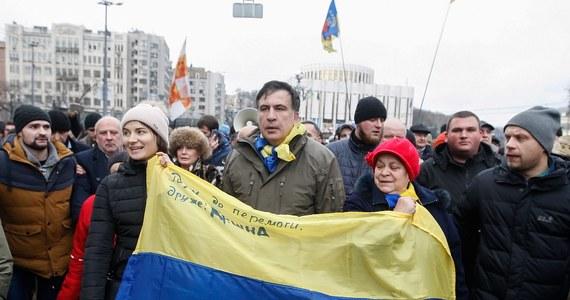 """Micheil Saakaszwili zapowiedział, że pozostanie przed Radą Najwyższą Ukrainy w Kijowie do czasu zwycięstwa nad """"złodziejami i bandytami"""", którzy zasiadają w tym budynku. Były prezydent Gruzji udał się przed parlament ze swoimi zwolennikami, którzy odbili go we wtorek z rąk policji. Gruziński polityk oskarżany jest na Ukrainie o przyjęcie pół miliona dolarów od Rosji."""