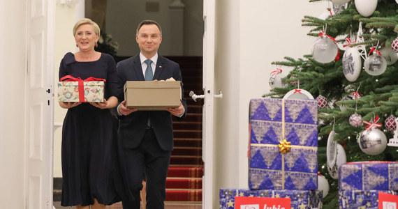 """Para prezydencka Andrzej Duda i Agata Kornhauser-Duda przekazała we wtorek, za pośrednictwem wolontariuszy, prezenty dla potrzebującej rodziny w ramach akcji """"Szlachetna paczka"""". Obdarowano rodzinę, w której babcia wychowuje wnuki po śmierci ich mamy."""