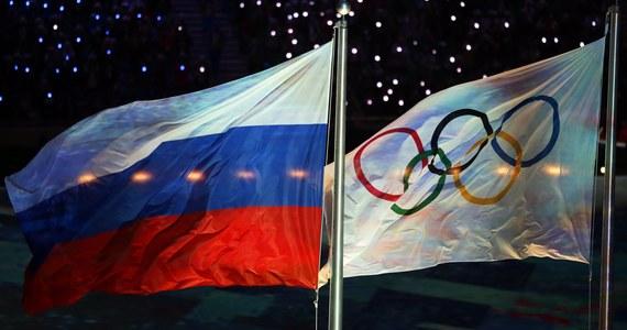 Rosja wykluczona z zimowych igrzysk olimpijskich w Pjongczangu! Międzynarodowy Komitet Olimpijski zdecydował o zawieszeniu Rosyjskiego Komitetu Olimpijskiego na przyszłoroczne igrzyska. To konsekwencja potężnego skandalu dopingowego z rosyjskimi olimpijczykami w rolach głównych. MKOl zaznaczył jednak, że niektórzy reprezentanci Rosji będą mogli wystartować w Pjongczangu pod flagą olimpijską. Surowa kara spotkała również rosyjskiego wicepremiera, byłego ministra sportu Witalija Mutkę: został on dożywotnio wykluczony z ruchu olimpijskiego. Rosjanie nie kryją oburzenia z powodu decyzji MKOl-u - z entuzjazmem natomiast przyjęli ją ludzie świata sportu z innych krajów.
